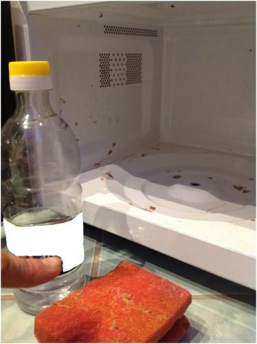 clean a microwave oven with vinegar